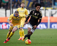 Calcio, Serie A: Frosinone vs Juventus. Frosinone, stadio Comunale, 7 febbraio 2016.<br /> Juventus' Juan Cuadrado, right, is chased by Frosinone's Roberto Crivello during the Italian Serie A football match between Frosinone and Juventus at Frosinone's Comunale stadium, 7 January 2016.<br /> UPDATE IMAGES PRESS/Isabella Bonotto