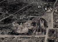 Vue aérienne oblique des ruines d'Ypres, province des Flandres Occidentales, région Flamande (Belgique). août 1918. Guerre 1914-1918.