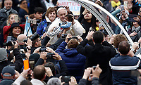 Papa Francesco accarezza un bambino al suo arrivo all'udienza generale del mercoledì in Piazza San Pietro, Citta' del Vaticano, 15 novembre, 2017.<br /> Pope Francis caresses a child as he arrives for his weekly general audience in St. Peter's Square at the Vatican, on November 15, 2017.<br /> UPDATE IMAGES PRESS/Isabella Bonotto<br /> <br /> STRICTLY ONLY FOR EDITORIAL USE