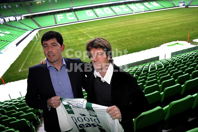 voetbal pieter huistra gepresenteerd als nieuwe hoofdtrainer erwin van der looi als assistent trainer van fc groningen vanaf seizoen 2010-2011  22-12-2009.fotograaf jan kanning