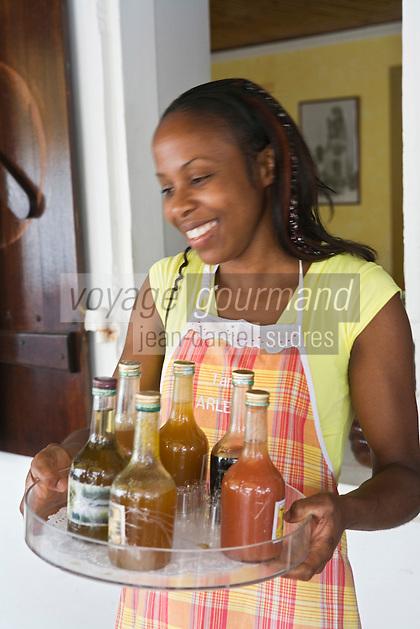 """France/DOM/Martinique/Grand-Rivière : Rebecca propose le  plateau de Rhums arrangés au Restaurant """"Chez Tante Arlette"""""""