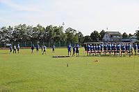 Teilnehmer des IMG American Football Camps in Walldorf stellen sich auf