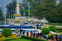 RWANDA, Kigali, park at Convention Center, spot for film and photoshooting for weeddings / RUANDA, Kigali, Park und Springbrunnen vor dem Convention Center, Kongresszentrum , Hochzeitspaare beim Fotoshooting