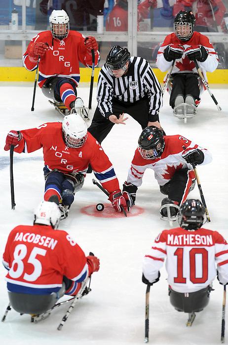 Vancouver 2010 - Para Ice Hockey // Para-hockey sure glace.<br /> Team Canada plays in Para Ice Hockey action // Équipe Canada jouer dans un match de para-hockey sur glace. 16/03/2010.