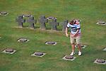 Foto: VidiPhoto<br /> <br /> LA CAMBE – Militairen van het Artillerielehrbataillon 345 uit het Duitse Idar-Obertstein zijn deze week aan het werk op de grootste Duitse begraafplaats uit de Tweede Wereldoorlog in Frankrijk, La Cambe in Normandië. Op het 7 ha. grote ereveld liggen meer dan 21.000 Duitse soldaten begraven die gesneuveld zijn in Frankrijk, onder wie 2100 SS'ers. Het onderhoud van de graven valt onder verantwoordelijkheid van de Volksbund Deutsche Kriegsgräberfürsorge. Ieder jaar komen vrijwilligers van steeds een ander Duits legeronderdeel naar La Cambe om onderhoud te plegen aan grafstenen en paden. De artilleristen in opleiding die dit jaar aan de beurt zijn doen dat deze week en de eerste helft van volgende week. Opmerkelijk is dat nu ook geallieerde legeronderdelen kransen leggen bij het monument van hun voormalige vijand. Een bezoek aan het Duitse ereveld is inmiddels ook een vast onderdeel van de meeste toeristen die de invasiestranden in de buurt bezoeken. Ieder jaar worden er bij zoektochten naar oorlogsresten nog resten van vermiste militairen gevonden.