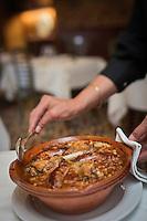 France, Haute-Garonne (31), Toulouse, restaurant: Le Colombier , service du cassoulet  // France, Haute Garonne, Toulouse,   Le Colombier , restaurant, cassoulet  service