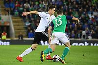 Julian Draxler (Deutschland, Germany) gegen Corry Evans (Nordirland, Northern Ireland) - 05.10.2017: Nordirland vs. Deutschland, WM-Qualifikation Spiel 9, Windsor Park Belfast