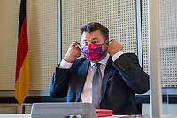"""Sitzung des Innenausschuss des Berliner Abgeordnetenhaus am Montag den 31. August 2020.<br /> Wichtiges Thema der Sitzung war die Ausschreitungen sog. """"Corona-Querdenker"""", Verschwoerungsanhaenger und Rechtsextremer am Wochenende zuvor, bei denen u.a. versucht wurde das Reichstagsgebaeude zu stuermen.<br /> Im Bild: Innensenator Andreas Geisel, SPD.<br /> 31.8.2020, Berlin<br /> Copyright: Christian-Ditsch.de<br /> NUR FUER REDAKTIONELLE ZWECKE! Werbung nur auf Anfrage beim Fotografen. [Inhaltsveraendernde Manipulation des Fotos nur nach ausdruecklicher Genehmigung des Fotografen. Vereinbarungen ueber Abtretung von Persoenlichkeitsrechten/Model Release der abgebildeten Person/Personen liegen nicht vor. NO MODEL RELEASE! Don't publish without copyright Christian-Ditsch.de, Veroeffentlichung nur mit Fotografennennung, sowie gegen Honorar, MwSt. und Beleg. Konto: I N G - D i B a, IBAN DE58500105175400192269, BIC INGDDEFFXXX, Kontakt: post@christian-ditsch.de<br /> Bei der Bearbeitung der Dateiinformationen darf die Urheberkennzeichnung in den EXIF- und  IPTC-Daten nicht entfernt werden, diese sind in digitalen Medien nach §95c UrhG rechtlich geschuetzt. Der Urhebervermerk wird gemaess §13 UrhG verlangt.]"""