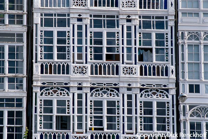 Glasbalkone in La Coruña, Galicien, Spanien