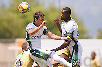 ITAGÜÍ -COLOMBIA-27-04-2013. Martín Galaín (i) y Pedro Portocarrero (d) de Equidad saltan por el balón contra Itagüí durante partido de la fecha 13 Liga Postobón 2013-1./ Martin Galain (l) and Padro Portocarrero of Equidad jump for the balll against Itagüí during match of the 13th date of Postobon  League 2013-1.  Photo: VizzorImage/Luis Ríos/STR