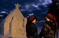 Amérique/Amérique du Nord/Canada/Quebec/Rivière-Eternité : Aurélie et Guillaume auprès d'une crèche en neige