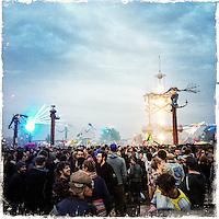 """Fusion-Festival 2014 auf dem Gelaende des Kulturkosmos e.V. in Laerz/Mecklenburg-Vorpommern.<br /> Bis zu 65.000 Menschen kommen jaehrlich fuer 5-6 Tage  zur """"Fusion"""" nach Laerz.<br /> Das linke Festival, was von den Besuchern und Machern scherzhaft auch als """"Ferienkommunismus"""" bezeichnet wird, ist eine Mischung aus Techno-Dancefloors, Theater und Live-Auftritten von politischen Bands.<br /> Die Karten fuer dieses Festival sind nur ueber die Fusion-Internetseite per Losverfahren zu kaufen. Nur ca. jede dritte bis vierte Anmeldung fuer eine Karte hat Erfolg.<br /> 29.6.2014, Laerz<br /> Copyright: Christian-Ditsch.de<br /> [Inhaltsveraendernde Manipulation des Fotos nur nach ausdruecklicher Genehmigung des Fotografen. Vereinbarungen ueber Abtretung von Persoenlichkeitsrechten/Model Release der abgebildeten Person/Personen liegen nicht vor. NO MODEL RELEASE! Don't publish without copyright Christian-Ditsch.de, Veroeffentlichung nur mit Fotografennennung, sowie gegen Honorar, MwSt. und Beleg. Konto: I N G - D i B a, IBAN DE58500105175400192269, BIC INGDDEFFXXX, Kontakt: post@christian-ditsch.de<br /> Urhebervermerk wird gemaess Paragraph 13 UHG verlangt.]"""