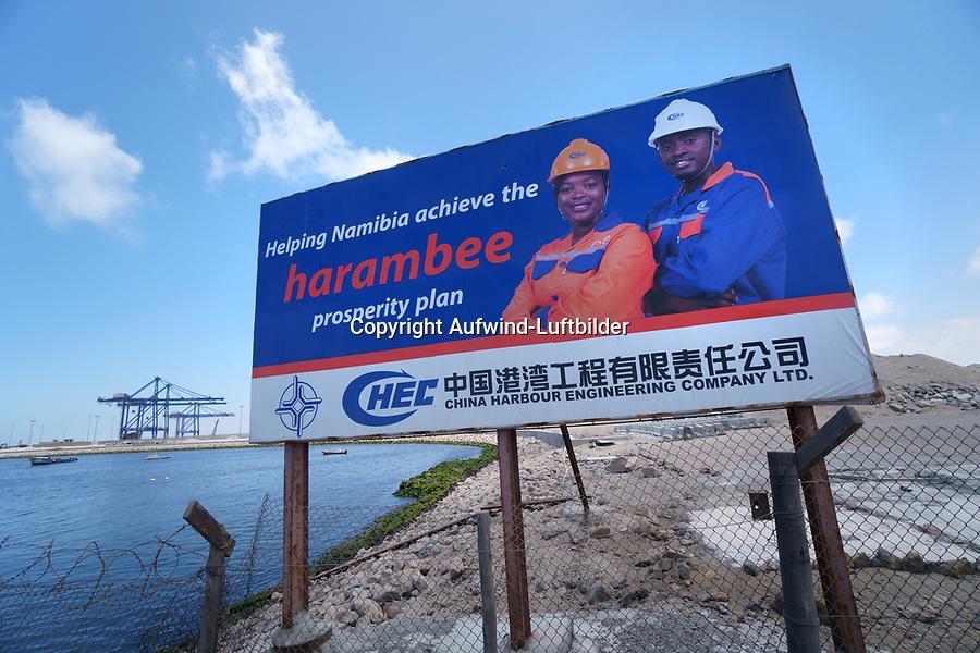 Containerhafen Namport in Walfish Bay: NAMIBIA, AFRIKA, 07.01.2019: Port of Walvis Bay, der größte Handelshafen Namibias, wird von der Namibian Port Authority (Namport) betrieben. Der Hafen bietet einen direkten Zugang zu den wichtigsten Schifffahrtsrouten für den internationalen Handel.<br /> <br /> Namport baut ein neues Containerterminal auf recyceltem Land, um die Umschlagkapazität des Hafens von Walvis Bay zu erhöhen. Port of Walvis Bay, the biggest commercial port in Namibia, is operated by Namibian Port Authority (Namport). The port offers direct access to main shipping routes serving international trade.<br /> <br /> Namport is constructing a new container terminal on reclaimed land to increase the handling capacity of the Port of Walvis Bay.