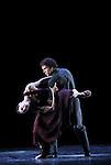 WHITE DARKNESS....Choregraphie : DUATO Nacho..Compositeur : JENKINS Karl..Compagnie : Ballet de l Opera National de Paris..Decor : CHALABI Jaffar..Lumiere : CABOORT Joop..Costumes : FRIAS Lourdes..Avec :..GILLOT Marie Agnes..BULLION Stephane..Lieu : Opera Garnier..Ville : Paris..Le : 28 04 2009..© Laurent PAILLIER / photosdedanse.com