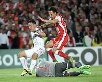 BOGOTA- COLOMBIA – 29-10-2015: Luis Seijas (Der.) Robinson Zapata (Cent.) jugadores del Independiente Santa Fe de Colombia, disputan el balon con Gustavo Toledo (Izq.) jugador de Independiente de Avellaneda de Argentina, durante partido de vuelta entre Independiente Santa Fe de Colombia y el Independiente de Avellaneda de Argentina, por los cuartos de final de la Copa Suramericana en el estadio Nemesio Camacho El Campin, de la ciudad de Bogota.  / Luis Seijas (R) and Robinson Zapata (C) players of Independiente Santa Fe of Colombia, figth for the ball with Gustavo Toledo (L) player of Independiente de Avellaneda of Argentina, during a match for the second round between Independiente Santa Fe of Colombia and Independiente de Avellaneda of Argentina for the second round for the quarterfinals of the Copa Sudamericana in the Nemesio Camacho El Campin in Bogota city. Photos: VizzorImage / Luis Ramirez / Staff.