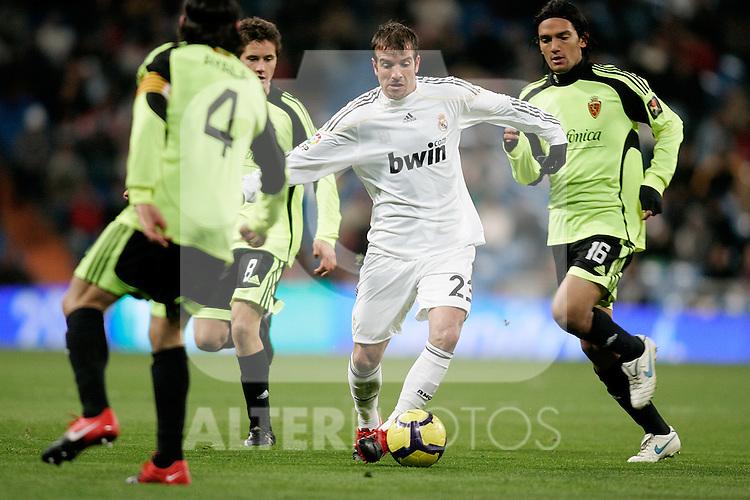 Real Madrid's Rafael van der Vaart against Zaragoza's Abel Aguilar during La Liga match, December 19, 2009. (ALTERPHOTOS/Alvaro Hernandez).