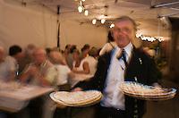 Europe/France/Alsace/67/Bas-Rhin/ Marlenheim: Service des Tartes flambées lors  de la Fête du Mariage de l'Ami Fritz