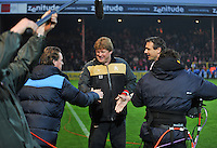 KV Kortrijk - Racing Genk : Hein Vanhaezebrouck en Mario Been (links) schudden de hand.foto VDB / BART VANDENBROUCKE