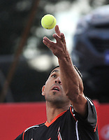 BOGOTA – COLOMBIA – 18-07-2014: Victor Estrella de Republica Dominicana,  se prepara para servir a Richard Gasquet de Francia durante partido de cuartos de final del Open Claro Colombia de tenis ATP 250, que se realiza en las canchas del Centro de Alto Rendimiento en Altura en ciudad de Bogota. / Victor Estrella of Dominican Republic, prepared to serve to Richard Gasquet of France, during a match for the quarter of finals of the Open Claro Colombia de tenis ATP 250, at Centro de Alto Rendimiento en Altura in Bogota City. Photo: VizzorImage / Luis Ramirez / Staff.