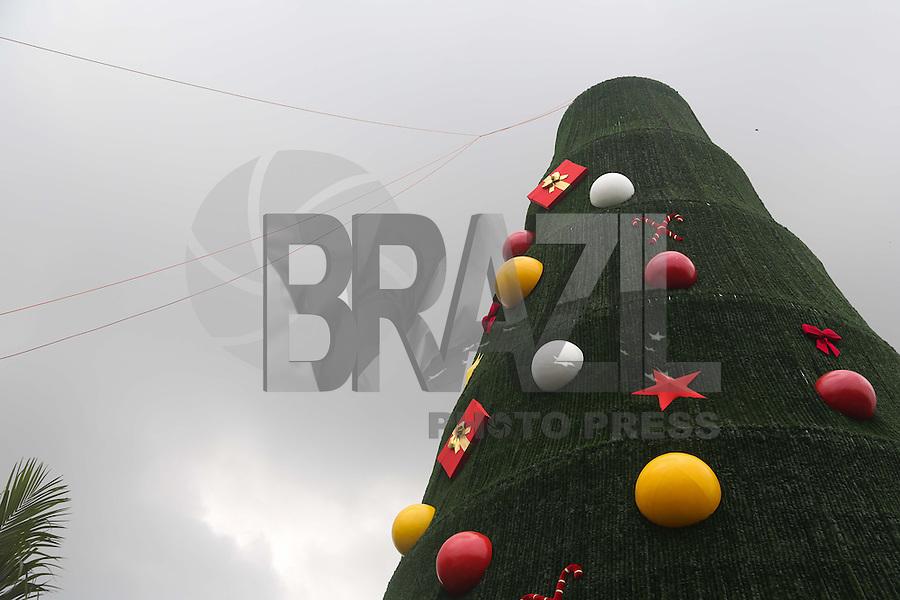 SAO PAULO, SP, 26.11.2013 - ÁRVORE/NATAL/IBIRAPUERA/MONTAGEM  - Homens trabalham na montagem da Árvore de Natal, em frente ao Parque Ibirapuera, na Avenida Pedro Álvares Cabral, Zona Sul de São Paulo, SP, nesta terça-feira (26).(Foto: Vanessa Carvalho / BRazil Photo Press).