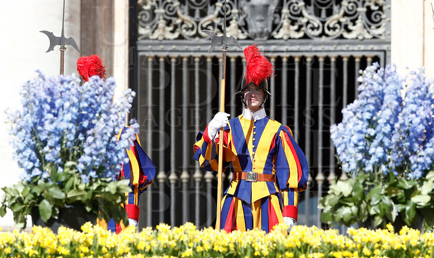 Guardie svizzere in piedi vicino ad i fiori che adornano il sagrato della Basilica di San Pietro durante l'udienza generale del mercoledì. Città del Vaticano, 19 aprile 2017.<br /> Swiss Guards stand near flowers adorning the parvis of St Peter's basilica during a weekly general audience at the Vatican, on April 19 2017.<br /> UPDATE IMAGES PRESS/Isabella Bonotto<br /> <br /> STRICTLY ONLY FOR EDITORIAL USE