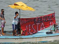 Recife (PE), 26/03/2021 - Protesto-Recife - Nesta sexta-feira (26), movimentos da sociedade civil e entidades ligadas à defesa dos direitos das mulheres realizaram protesto no Rio Capibaribe, em Recife, usando faixas pedido revisão a prefeitura. O ato foi denominado Barquiada e realizado com pescadores da comunidade do Bode de Recife.