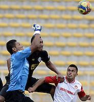 BOGOTÁ -COLOMBIA-30-11-2013. José Moya (C) del Fortaleza FC disputa el balón con  Jaiber Cardona (Izq.) y Jhonny Rivera (Der) de U Autónoma durante partido de ida de la final del Torneo Postobón II-2013 de ascenso jugado en el estadio Metropolitano de Techo en Bogotá./ Jose Moya  (C) of Fortaleza FC fights for the ball with Jaiber Cardona (L) and Jhonny Rivera (R) of U Autonoma during the first leg match of the final of Postobon Tournament II-2013 of  played at Metropolitano de Techo stadium in Bogota city. Photo: VizzorImage / Gabriel Aponte /