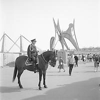 Policier ˆ cheval ˆ lÕExpo 67, 1967<br /> <br /> En arrire plan, lÕHomme de Calder. Photographie par RhŽal Benny