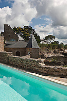 Europe/France/Bretagne/56/Morbihan/Billiers: Domaine de Rochevilaine à la pointe de Pen-Lan- La piscine et les vieilles  demeures