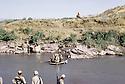 Irak 1985 Dans les zones libérées, région de Lolan, traversée d'une rivière sur un radeau par des peshmergas  Iraq 1985  In liberated areas, Lolan district, peshmergas crossing a river on a raft