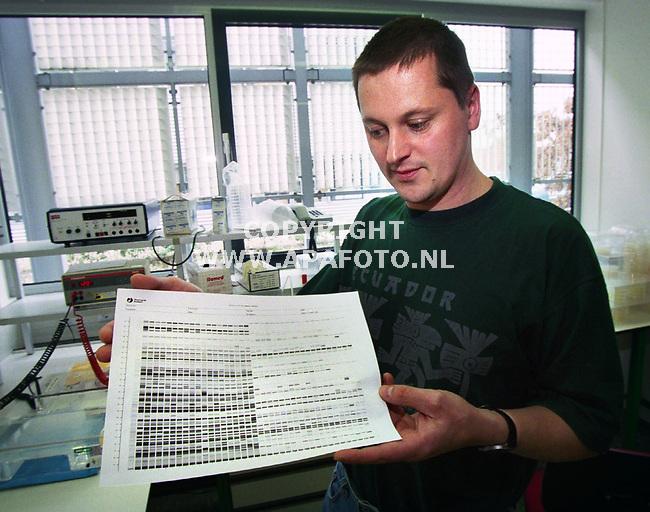 Wageningen , 200300  foto : Koos Groenewold (APA)<br />Onderzoeker Wilbert Flier met een uitdraai met daarop erfelijke patronen van fytoftera sporen.<br /><br /><br />akk3  14  x8/9  oosporen  apa
