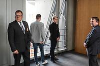 """Am Mittwoch den 11. Mai 2016 fand die 18. Sitzung des 2. NSU-Untersuchungsausschusses des Deutschen Bundestag statt. <br /> Als Zeugen waren gelanden: Kriminalhauptkommissar Mario Woetzel und der leitende Kriminaldirektor Michael Menzel.<br /> Kurz vor Sitzungsbeginn wurde dem Ausschuss durch die Bundesregierung mitgeteilt, dass (angeblich durch Zufall) ein Handy des V-Mannes """"Corelli"""" aufgetaucht sei. Das Handy wurde, nach Aussagen von Ausschussmitgliedern, schon 2015 gefunden, dies aber dem Ausschuss erst kurz vor der Sitzung am 11. Mai 2016 mitgeteilt. Es sollen sich ueber 200 Datensaetze mit Kontakten in die Naziszene in ganz Europa auf dem Handy befinden.<br /> Links im Bild: Kriminaldirektor Michael Menzel. wartet vor dem Sitzungssaal. Menzel hatte nach einem Bankueberfall und dem Brand im Wohnmobil von Uwe Mundlos und Uwe Boehnhardt am 4. November 2011 in Eisenach die Ermittlungen geleitet. Diese fuehrten letztlich auf die Spur des Nationalsozialistischen Untergrunds (NSU).<br /> 11.5.2016, Berlin<br /> Copyright: Christian-Ditsch.de<br /> [Inhaltsveraendernde Manipulation des Fotos nur nach ausdruecklicher Genehmigung des Fotografen. Vereinbarungen ueber Abtretung von Persoenlichkeitsrechten/Model Release der abgebildeten Person/Personen liegen nicht vor. NO MODEL RELEASE! Nur fuer Redaktionelle Zwecke. Don't publish without copyright Christian-Ditsch.de, Veroeffentlichung nur mit Fotografennennung, sowie gegen Honorar, MwSt. und Beleg. Konto: I N G - D i B a, IBAN DE58500105175400192269, BIC INGDDEFFXXX, Kontakt: post@christian-ditsch.de<br /> Bei der Bearbeitung der Dateiinformationen darf die Urheberkennzeichnung in den EXIF- und  IPTC-Daten nicht entfernt werden, diese sind in digitalen Medien nach §95c UrhG rechtlich geschuetzt. Der Urhebervermerk wird gemaess §13 UrhG verlangt.]"""