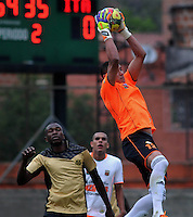 ENVIGADO- COLOMBIA -30-03-2014: Victor Soto (Der.) jugador de Envigado FC disputa el balón con Yessy Mena (Izq.) jugador Itagüi durante  partido Envigado FC y Itagüi por la fecha 13 de la Liga Postobon I 2014 en el estadio Polideportivo Sur de la ciudad de Envigado./  Victor Soto (R) player of Envigado FC fights for the ball Yessy Mena (L) player of Itagüi during a match Envigado FC and Itagüi for the date 13 th of the Liga Postobon I 2014 at the Polideportivo Sur stadium in Envigado city. Photo: VizzorImage / Luis Rios / Str.