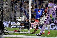 BOGOTA - COLOMBIA, 23-10-2021: Homer Martinez de Atletico Junior no logran detener el disparo de Fernando Uribe (Fuera de Cuadro), jugador de Millonarios F. C. al anotar el segundo gol de su equipo, durante partido entre Millonarios F. C. y Atletico Junior de la fecha 15 por la Liga BetPlay DIMAYOR II 2021 jugado en el estadio Nemesio Camacho El Campin de la ciudad de Bogota. / Homer Martinez of Atletico Junior fail to stop the shoot of Fernando Uribe (Out of Frame) of Millonarios F. C. the second goal of his team, during a match between Millonarios F. C. and Atletico Junior of the 15th date for the BetPlay DIMAYOR II 2021 League played at the Nemesio Camacho El Campin Stadium in Bogota city. / Photo: VizzorImage / Luis Ramirez / Staff.