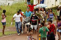 Leão do Norte naufraga no Marajó.<br /> Nove adultos e quatro crianças morreram no naufrágio de um barco de passageiros na madrugada desta sexta-feira (19), a 500 metros do porto da cidade de Cachoeira do Arari, no arquipélago do Marajó, norte do Pará.<br /> <br /> O número de mortos ainda é parcial, segundo informações da Marinha do Brasil, porque há passageiros desaparecidos. Os corpos resgatados foram levados para um ginásio da cidade. Após a realização de perícia, deverão ser liberados às famílias para sepultamento.<br /> Foto Marcelo  Seabra<br /> 19/04/2013