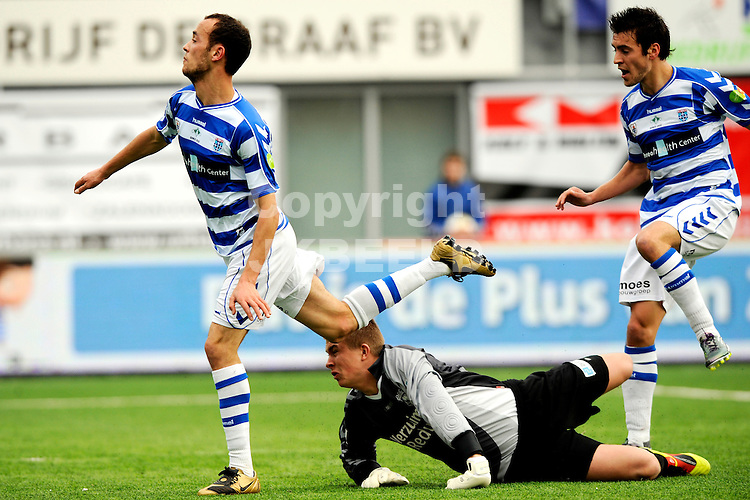 ZWOLLE - voetbal, FC Zwolle - Go Ahead Eagles, Jupiler League, Oosterenk stadion,  seizoen 2010-2011, 13-02-2011 doelman Sergio Padt  haalt Nasir Maachi onderuit en krijgt geel