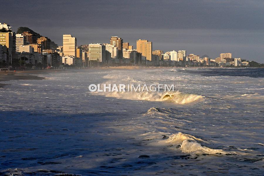 Mar em ressaca na praia do Leblon. Rio de Janeiro. 2009. Foto de Ricardo Azoury.