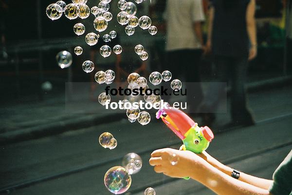 soap bubbles pistol<br /> <br /> pistola de pompas de jabón<br /> <br /> Seifenblasenpistole<br /> <br /> 1840 x 1232 px<br /> Original: 35 mm