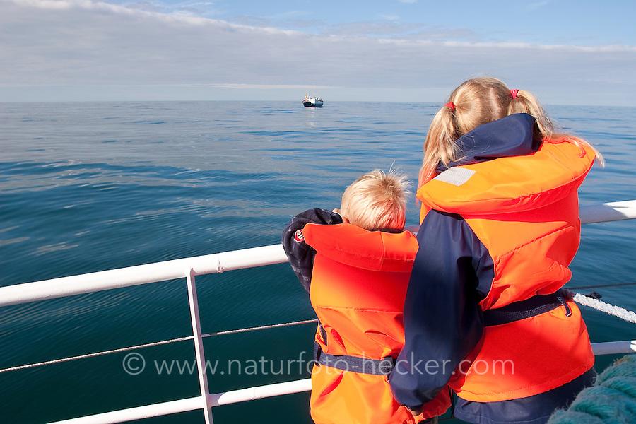 Walsafari, Wal-Safari, Ausfahrt mit einem Kutter, Boot, Schiff auf den Atlantik um Wale zu beobachten, whale watching, Wal, Andenes, Nord - Norwegen, Kinder stehen an der Reling und warten auf die das Auftauchen der Wale