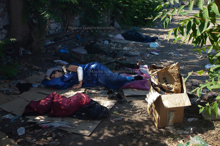 Grecia, Patrasso, campo di rifugiati in un astazione abbandonata Grecia, Patrasso, campo di rifugiati in una stazione abbandonata