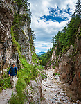 Deutschland, Bayern, Oberbayern, Berchtesgadener Land, bei Hintergern (Berchtesgaden): Wanderer in der Almbachklamm | Germany, Bavaria, Upper Bavaria, Berchtesgadener Land, near Hintergern (Berchtesgaden): hiker at Almbachklamm
