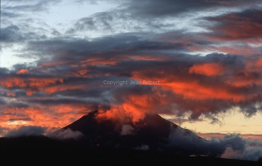 Amérique du Sud. Equateur. Trekking sur les volcans d'Equateur. Lever de soleil sur le volcan Tunguruha (5029 m) en éruption depuis 1999. Il surplomnbe la viile Banos.South America. Ecuador. Trekking on the volcanoes