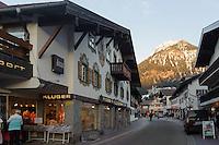 Einkaufsstraße in Oberstdorf im Allgäu, Bayern, Deutschland<br /> shopping mall  in Oberstdorf, Allgäu, Bavaria,  Germany