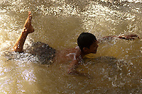 Índios Macuxí pescam em igarapé na região de Raposa Serra do Sol.<br /> Comunidade indígena  Macuxí, Raposa Serra do Sol.<br /> Normandia, Roraima, Brasil.<br /> Foto Paulo Santos<br /> <br /> 2004