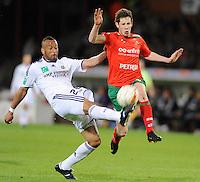 SV Zulte-Waregem - RSC Anderlecht :..duel tussen Victor Bernardez (links) en Thomas Matton (rechts)..foto VDB / BART VANDENBROUCKE