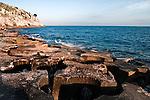 Castro Marina - Salento - Puglia - Scoglio sul mare di Castro. In primo piano i frangiflutti.