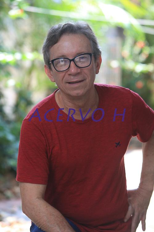 Lúcio Flávio Pinto, posa durante sessão de fotos feita em seu escritório.<br /> <br /> Jornalista profissional desde 1966. Percorreu as redações de algumas das principais publicações da imprensa brasileira. Durante 18 anos foi repórter em O Estado de S. Paulo. Em 1988 deixou a grande imprensa. Dedicou-se ao Jornal Pessoal, newsletter quinzenal que escreve sozinho desde 1987, baseada em Belém<br /> <br /> No jornalismo, recebeu quatro prêmios Esso e dois Fenaj, da Federação Nacional dos Jornalistas. Por seu trabalho em defesa da verdade e contra as injustiças sociais, recebeu em Roma, em 1997, o prêmio Colombe d'oro per La Pace e, em 2005, o prêmio anual do CPJ (Comittee for Jornalists Protection), de Nova York.<br /> <br /> Tem 21 livros individuais publicados, todos sobre a Amazônia, os últimos dos quais Amazônia Decifradada e A Questão Amazônica. É co-autor de numerosas outras publicações coletivas, dedicadas à Amazônia e ao jornalismo. Recebeu o Prêmio Wladimir Herzog de 2012 pelo conjunto da sua obra. Foi considerado pela ONG Repórteres Sem Fronteiras, com sede em Paris, como um dos mais importantes jornalistas do mundo, o único selecionado no Brasil para essa honraria.<br /> <br /> É sociólogo, formado pela Escola de Sociologia e Política de São Paulo (1973). Foi professor visitante (1983/84) do Centro de Estudos Latino-Americanos da Universidade da Flórida em Gainesville, EUA. Foi professor visitante no Núcleo de Altos Estudos Amazônicos e no Departamento de Comunicação Social da Universidade Federal do Pará.<br /> <br /> Belém, Pará, Brasil.<br /> Foto Paulo Santos<br /> 04/11/2016