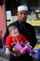 CHINA province Guangdong, city Guangzhou, uighur father with child / VR CHINA , Metropole Guangzhou Kanton, Uigur Vater mit Kind