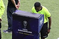 CALI - COLOMBIA, 13-07-2021: Jose Argote Vega (VEN), árbitro, chequea una jugada en el VAR durante partido por los octavos de final de la Copa CONMEBOL Sudamericana 2021 entre América de Cali de Colombia y Club Athletico Paranaense de Brasil jugado en el estadio Hernan Ramirez Villegas de la ciudad de Pereira. / Jose Argote Vega (VEN), referee, cheks a play on the VARduring the match for the round of 16 as apart of Copa CONMEBOL Sudamericana 2021 between America de Cali of Colombia and Club Athletico Paranaense of Brazil played at Hernan Ramirez Villegas stadium in Pereira. Photo: VizzorImage / Pablo Bohorquez / Cont