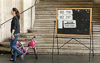 Operazioni di voto per i referendum su nucleare, privatizzazione delle risorse idriche e legittimo impedimento, in un seggio elettorale di Roma, 12 giugno 2011..Rerendum on nuclear power, water supply privatization and legitimate impediment law giving some protection to top officials from trials, in a polling station in Rome, 12 june 2011..UPDATE IMAGES PRESS/Riccardo De Luca